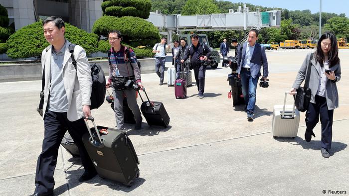 Южнокорейские журналисты направляются к спецпоезду на ядерный полигон