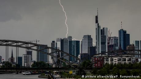Thunder and lightning in Frankfurt (picture alliance/dpa/F. Rumpenhorst)