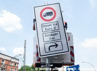 Установка запрещающего знака в Гамбурге