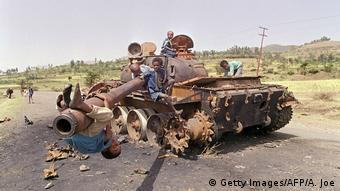 Eritrea Kinder spielen 1991 auf zerstörtem äthiopischen Panzer