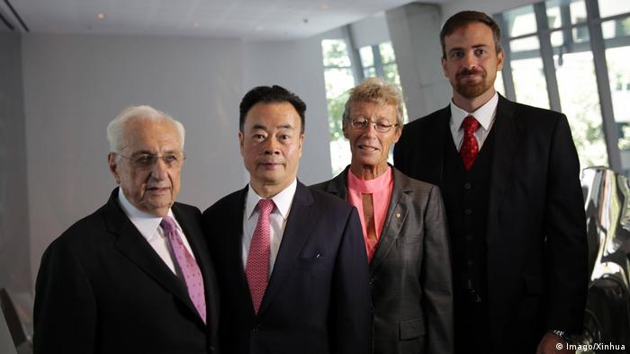 Australien Sydney - Pritzker Preisträger Frank Gehry, Chau Chak Wing, Vicki Sara und Attila Brungs (Imago/Xinhua)