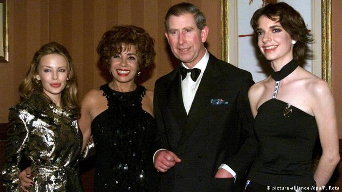 Prinz Charles posiert mit Kylie Minogue und Shirley Bassey bei der Variety Performance in London (picture-alliance /dpa/P. Rota)