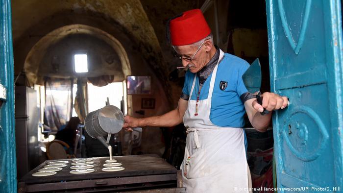 Westjordanland Bethlehem - Palästinenser backt Kuchen für Eid al-Fitr Fest