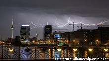 dpatopbilder - 13.04.2018, Berlin: Blitze zucken am Abend über der Hauptstadt, aufgenommen an der Oberbaumbrücke. Foto: Paul Zinken/dpa | Verwendung weltweit