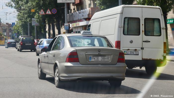 Робота в службі таксі оплачується краще, ніж чиновницька, каже Андрій Бондарчук (DW/A. Magazova)