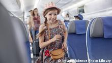 Kind im Flugzeug (Imago/Science Photo Library)