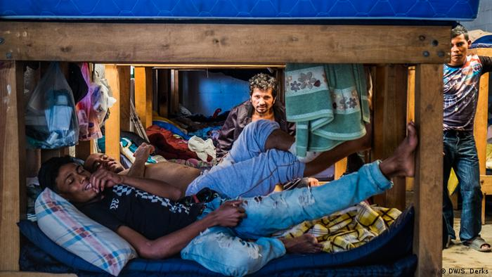 Refugees at a border shelter (DW/S. Derks)