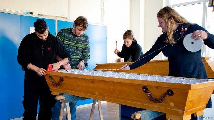 Students measure a coffin (C. Löwinger)