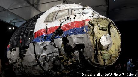بوئینگ ۷۷۷ خطوط هوایی مالزی ، در حالی که از آمستردام راهی کوالالامپور بود، در جنوب شرق اوکراین مورد اصابت موشک قرار گرفت. تمامی ۲۸۹ سرنشین پرواز MH17 کشته شدند. تحقیقات بینالمللی میگویند، موشک شلیک شده به هواپیما روسی بوده است. دادگاه رسیدگی به این پرونده از ماه مارس ۲۰۲۰ در هلند جریان خواهد یافت. اوکراین میگوید هواپیما هدف موشک جداییطلبان قرار گرفته است.