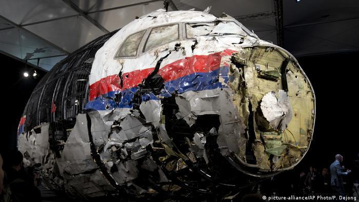 The ruined nosecone of the downed Flight MH17, in storage in the Netherlands. Archive image from 2018. (picture-alliance/AP Photo/P. Dejong)
