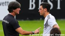 Trainingslager Nationalmannschaft in Südtirol | Löw & Özil (picture-alliance/dpa/C. Charisius)