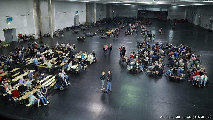 Residents in emergency shelter in Dresden (picture-alliance/dpa/R. Halkasch)