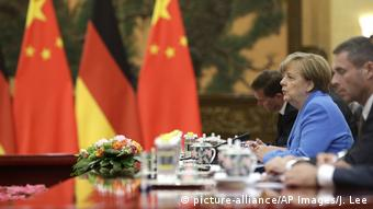 China Peking - Angela Merkel bei treffen mit Xi Jinping (picture-alliance/AP Images/J. Lee)