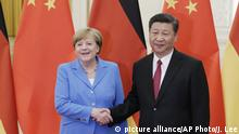 24.05.2018, Peking, China: China's President Xi Jinping, right, meets German Chancellor Angela Merkel at the Great Hall of the People in Beijing, Thursday, May 24, 2018. (Jason Lee/Pool Photo via AP)  