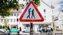 ARCHIV - 25.04.2018, Baden-Württemberg, Reutlingen: Ein Schild warnt an einer Straße neben einer Schule vor Smombies. Die Abkürzung ist ein Kunstwort für _Smartphone_ und _Zombie_ und beschreibt Menschen, die ständig mit dem Blick auf das Smartphone über die Straßen laufen. (zu dpa: «Smombie-Schild von Reutlingen ist abgehängt» com 24.05.2018) Foto: Christoph Schmidt/dpa +++(c) dpa - Bildfunk+++ | Verwendung weltweit