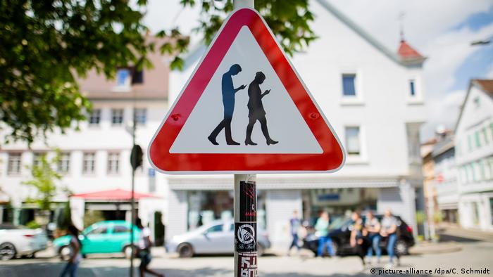 Schild warnt vor «Smombies» (picture-alliance /dpa/C. Schmidt)