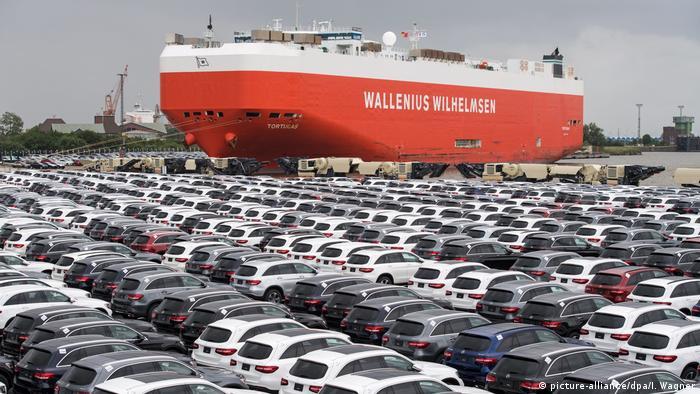 Новые автомобили марки Mercedes ждут в Бремерхафене отправки за рубеж