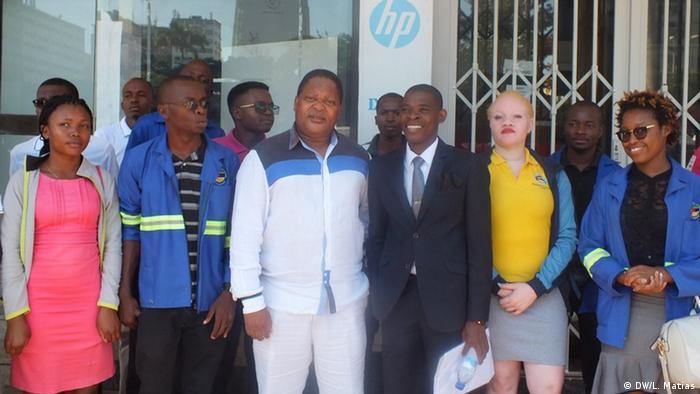 Matias Guente (trajando fato), editor do jornal Canal de Moçambique
