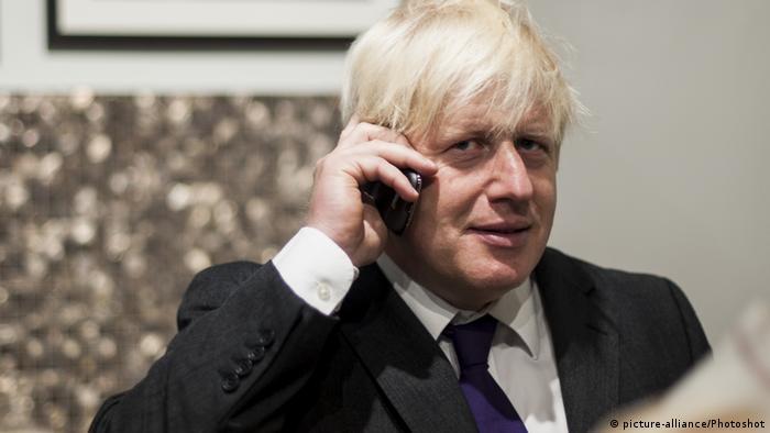 Boris Johnson on the phone (picture-alliance/Photoshot)