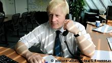 Großbritannien - Boris Johnson am Telefon (picture-alliance/dpa/S. Rousseau)