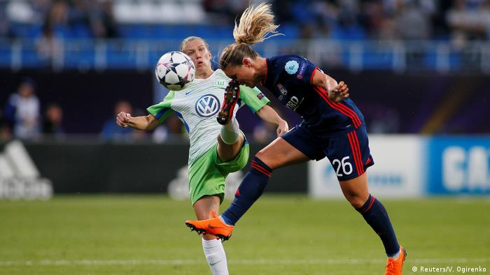 Jogadora Amandine Henry em disputa de bola com Lara Dickenmann