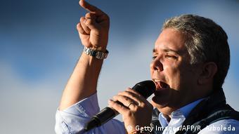 Ο υποψήφιος Ιβάν Ντούκε είναι ο πιθανότερος διάδοχος του απερχόμενου προέδρου Σάντος