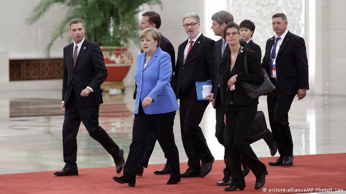 Peking Delegation Angela Merkel (picture-alliance/AP Photo/J. Lee)