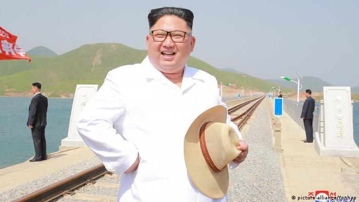 Nordkorea Kim Jong-un Besuch Eisenbahnlinie (picture-alliance/Yonhap)