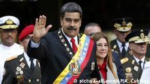 24.05.2018, Venezuela, Caracas: Nicolas Maduro (vorne, l), Präsident von Venezuela, grüßt mit den Insignien seines Amtes neben seiner Frau Cilia Flores (vorne, r) während beide zu einer MIlitärparade erscheinen. Der wiedergewählte Machthaber wurde von der Verfassungsgebenden Versammlung vereidigt. Foto: Ariana Cubillos/AP/dpa +++(c) dpa - Bildfunk+++ |