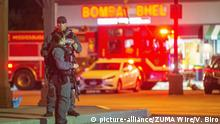 Police stand outside the Bombay Bhel where a bomb blast injured 15 people in Mississauga, Canada (picture-alliance/ZUMA Wire/V. Biro)