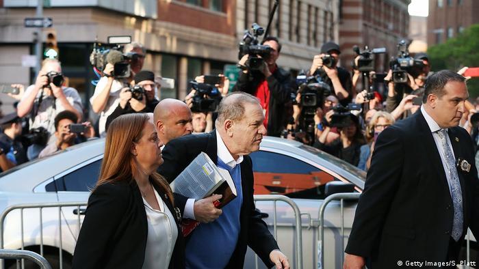 Харви Вайнштейн сдается полиции в Нью-Йорке