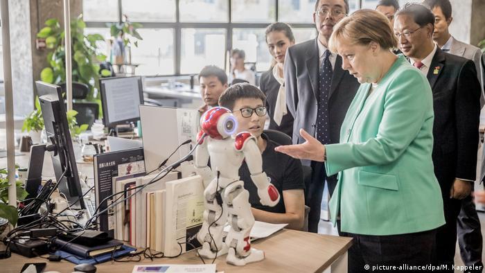 China Shenzhen - Angela Merkel besichtigt das Startup iCarbonX (picture-alliance/dpa/M. Kappeler)