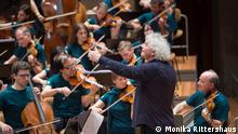 DW Sarah's Music, Berliner Philharmonie | Dirigent Sir Simon Rattle mit Laienorchester