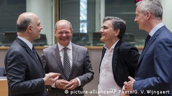 Belgien EU Eurogroup - Bruno Lemaire, Olaf Scholz, Euclid Tsakalotos und Pierre Moscovici (picture-alliance/AP Photo/G. V. Wijngaert)