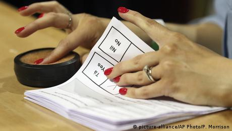 Hand going through ballot papers (picture-alliance/AP Photo/P. Morrison)