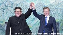 Kim Jong Un und Moon Jae-in (picture-alliance/AP Photo/Korea Summit Press)