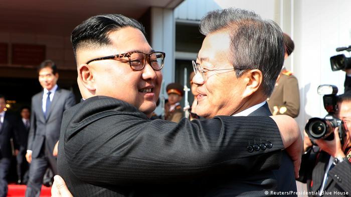Кім Чен Ин (ліворуч) та Мун Чже Ін під час зустрічі 26 травня 2018 року