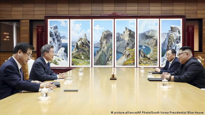Treffen Regierungschefs Süd- und Nordkorea (picture-alliance/AP Photo/South Korea Presidential Blue House)