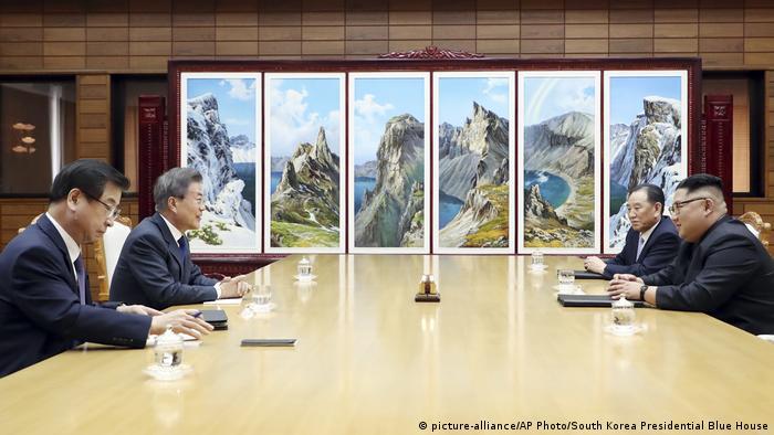 Лидеры Южной Кореи и КНДР на встрече в деревне Пханмунджом, 26 мая