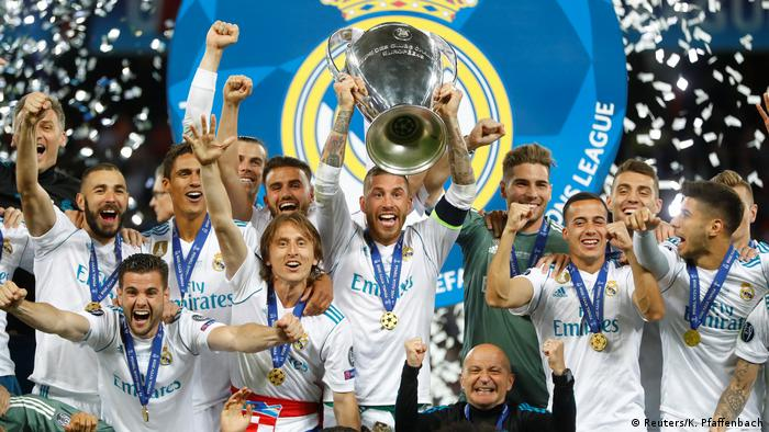 Real Madrid players holding the Champions League trophy (Reuters/K. Pfaffenbach)