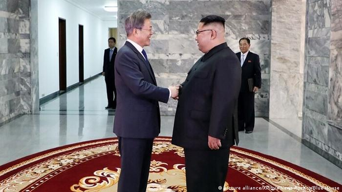 Südkorea Nordkorea - Moon Jae-in und Kim Jong Un in Panmunjom (picture alliance/Xinhua News Agency/Blue House)
