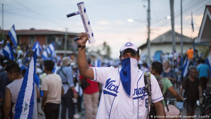 A man holds a handmade mortar in anti-government protests in Nicaragua (picture alliance/AP Images/M. Castillo)