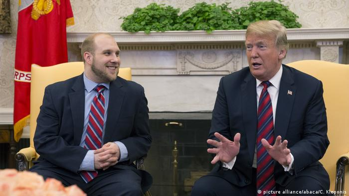 Joshua Holt und Donald Trump meet in the oval office after his release (picture alliance/abaca/C. Kleponis)