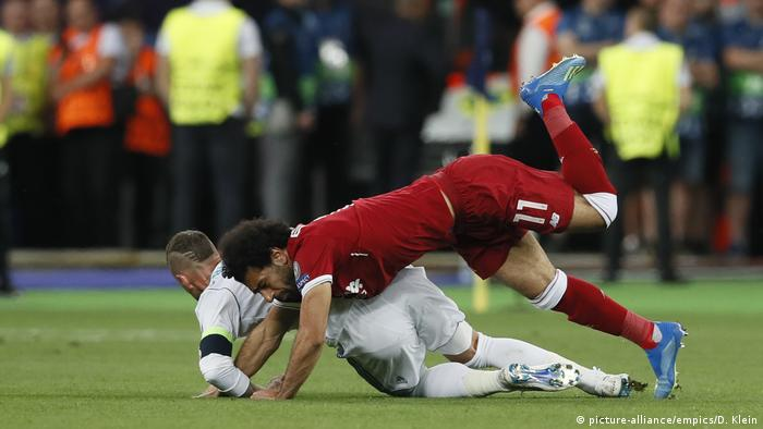 Fußball Real Madrid v Liverpool - UEFA Champions League - Finale Foul Ramos an Salah (picture-alliance/empics/D. Klein)