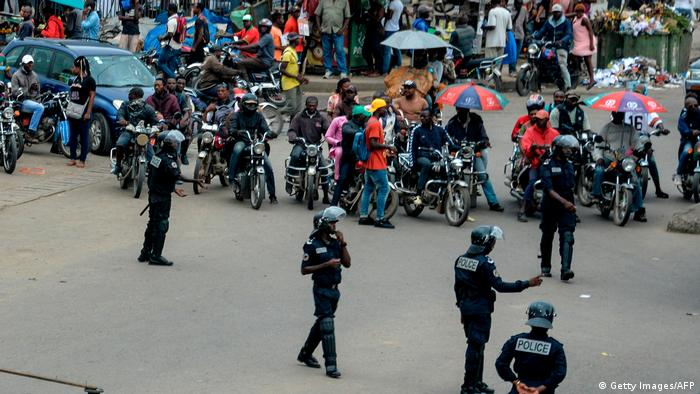 Cameroonian police men cordon off a street (Getty Images/AFP)