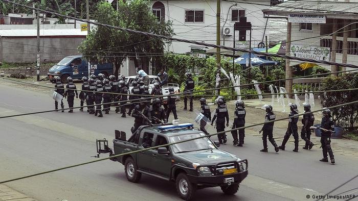 Des soldats camerounais à Buea (la capitale de la région Sud-Ouest du Cameroun)