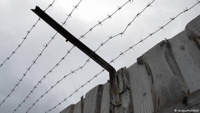 Колючая проволока на стене бывшего политического лагеря Пермь-36