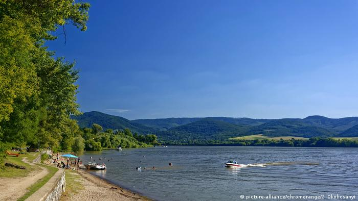 A beach on the Danube river in Hungary (picture-alliance/chromorange/Z. Okolicsanyi)