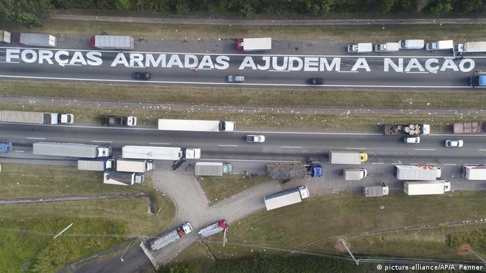 Brasilien - Straßenblockade gegen hohe Treibstoffpreise (picture-alliance/AP/A. Penner)