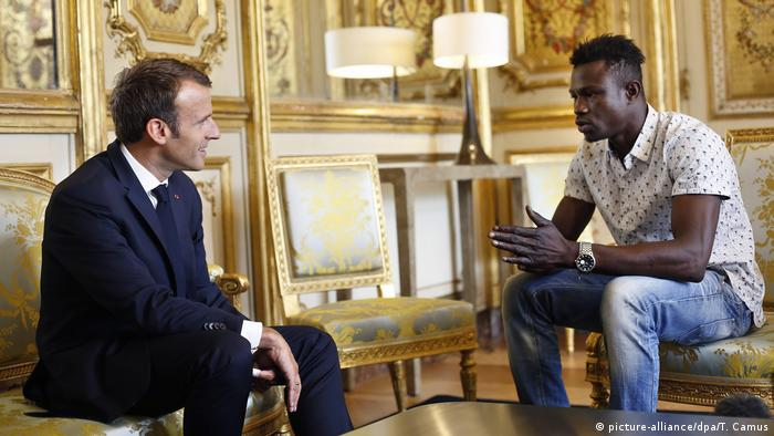 President Macron with Mamoudou Gassama (picture-alliance/dpa/T. Camus)